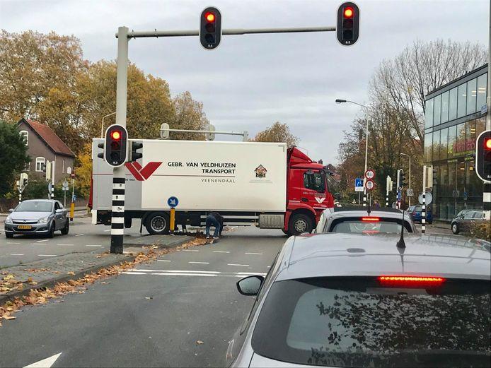 Vrachtwagen vast op paaltje in Breda.