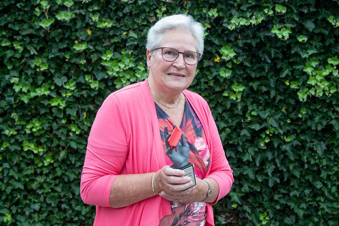 Winnaar van de Beste Buur Bokaal,  Berta Borkent uit Enter.
