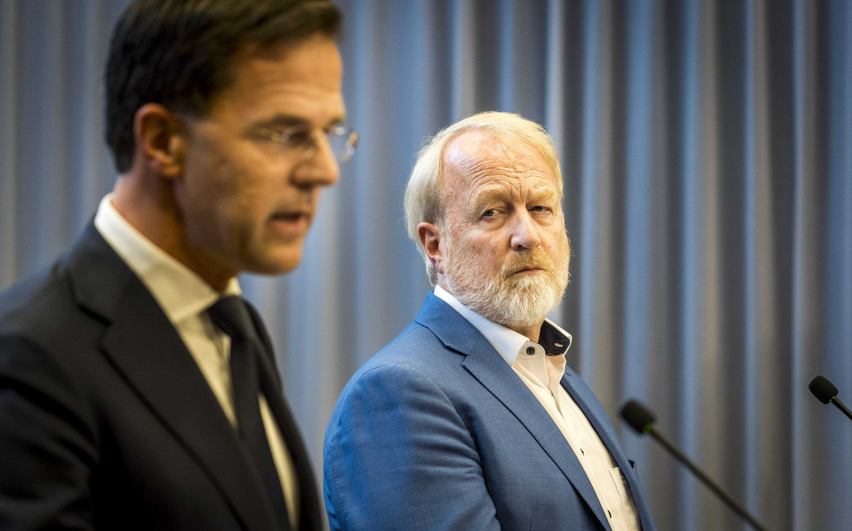 Premier Mark Rutte en Jaap van Dissel (RIVM) staan op het ministerie van Justitie en Veiligheid de pers te woord na crisisoverleg over de verspreiding van het coronavirus.  Beeld ANP