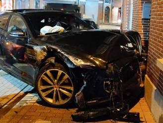 Auto tegen gevel in Kloosterstraat