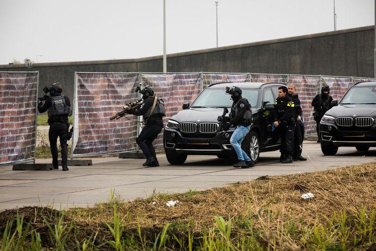Hulpdiensten oefenen op het Zeeburgereiland voor het scenario van een terroristische aanslag in de hoofdstad.  Beeld anp