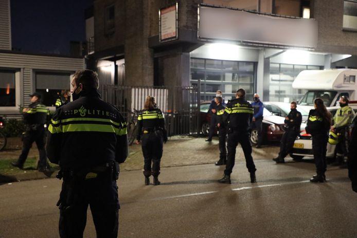 Voor de inval aan de Natriumweg in Amersfoort afgelopen zaterdag werden handhavers en een grote groep agenten ingezet.