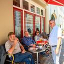 Uitbater Ad van Oorschot van café De Grote Slok kreeg een tweede waarschuwing na het plaatsen van een statafeltje, een dwangsom dreigt. 'Ik voel me bijna als een crimineel behandeld.'