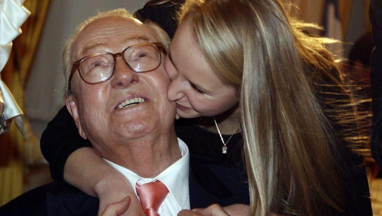 Jean-Marie Le Pen wordt gefeliciteerd door zijn kleindochter Marion, na de succesvolle regionale verkiezingen van 2010 Beeld Foto Eric Gaillard / Reuters
