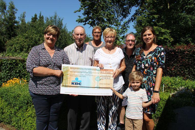 Team Neushoorn krijgt 7.000 euro van de Zuid-Vlaamse Ardennenfeesten. Mama Tine en Felix nemen de cheque in ontvangst.