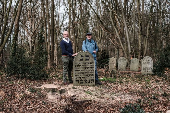 Eduard Huisman (links) en Frits Frauenfelder op de begraafplaats.