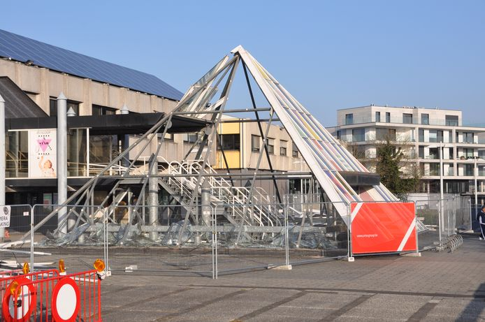 De piramide in het centrum van Waregem verdwijnt onder de sloophamer.