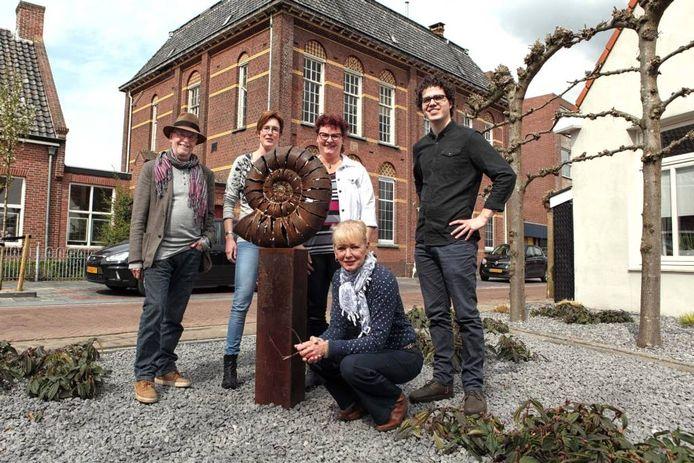 Vlnr: projectleider Peter Pel en de kunstenaars Monique Ardenhuijsen, Isabella De Vos Burchart, Sonja van Poortvliet (gehurkt) en Wouter Goudswaard bij De Slak (gemaakt door Peter Schudde), een van de kunstwerken uit de kunstroute.