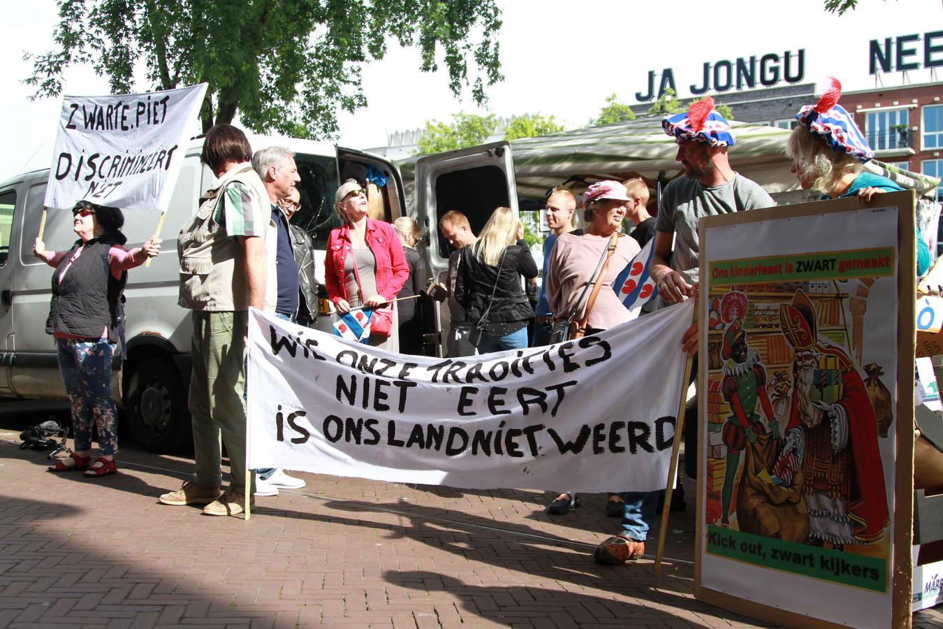 Protest voor de rechtbank in Leeuwarden, als steun voor de blokkeer-Friezen