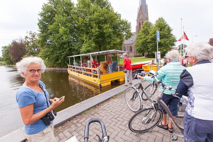 Archieffoto. Het op zonne-energie varende Zonneveer brengt voetgangers en fietsers van de Simon van Capelweg in Noorden naar de Hollandse Kade aan de zuidkant van de Nieuwkoopse plas.