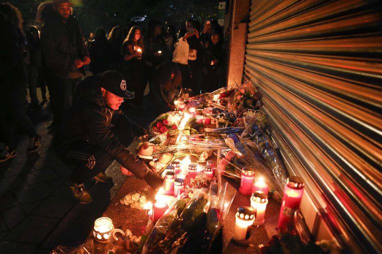 Deelnemers lopen mee in de stille tocht ter nagedachtenis aan de 15-jarige jongen die is doodgestoken bij het Corbulo College in Voorburg leggen bloemen en branden kaarsen. Beeld anp