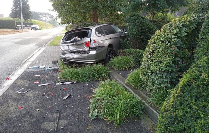 De auto van Eva en Roeland werd aangereden en belandde enkele meters verder in hun voortuin.
