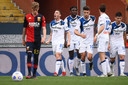 Atalanta-verdediger Robin Gosens (midden) juicht na zijn treffer tegen Genoa.