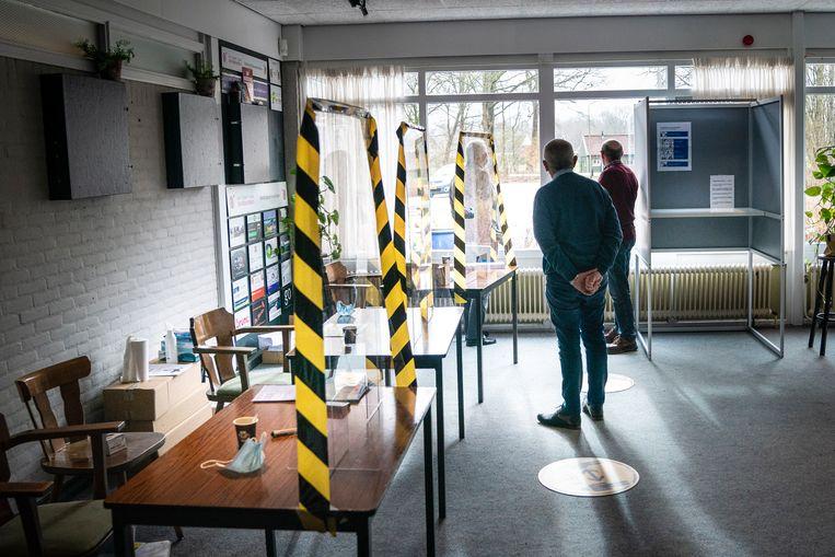 Twee leden van het stembureau in Westerbork wachten geduldig op – veelal kwetsbare – kiezers. Beeld Reyer Boxem