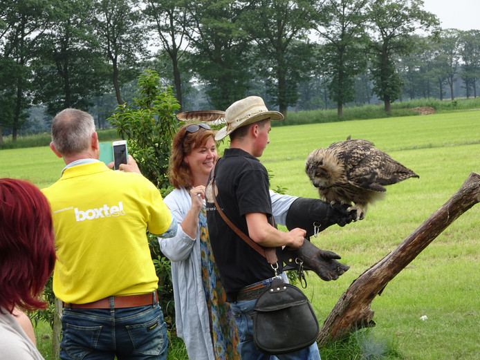 Rob Baaijens met roofvogel, naast Ghislaine de Brouwer