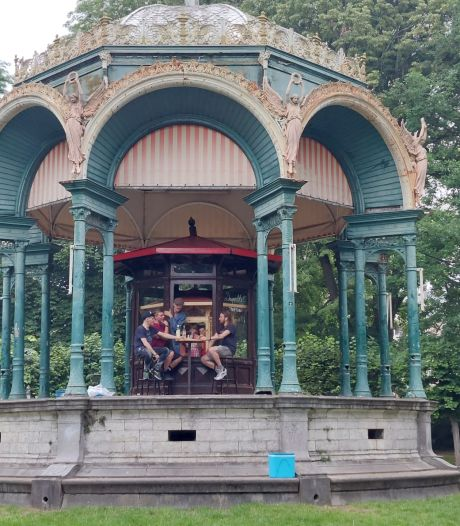 Matroesjka-kiosk in het Citadelpark: Mong deelt gratis jenever uit in het Citadelpark