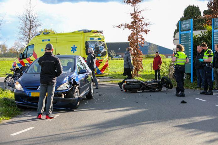 Zowel motor als auto raakten zwaar beschadigd bij het ongeval pal voor vliegveld Teuge.