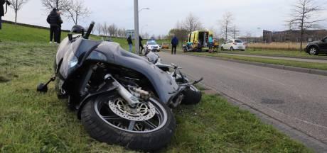 Motorrijder valt en schuift meters over wegdek van de Singel in Den Haag