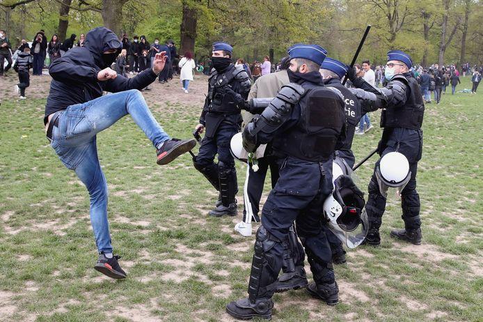 Een feestvierder in het Brusselse Ter Kamerenbos zoekt de confrontatie met de politie