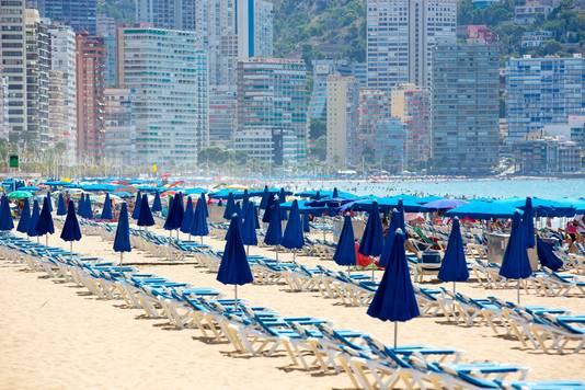Lege strandstoelen aan het Levantestrand van Benidorm aan de Costa Blanca.