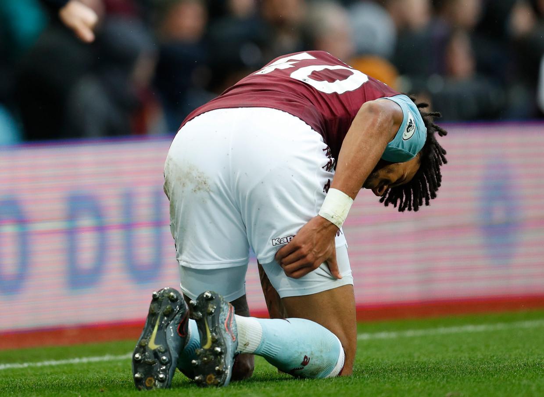 Tyrone Mings van Aston Villa grijpt naar zijn hamstring.  Beeld imago images/Sportimage