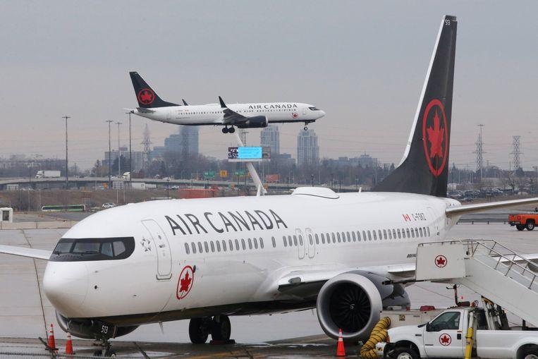 Een B737 MAX-8 zet de landing in op de luchthaven van Toronto. Ook het voorste toestel is van hetzelfde type. De foto dateert van woensdag, nog voor het vliegverbod werd uitgevaardigd.