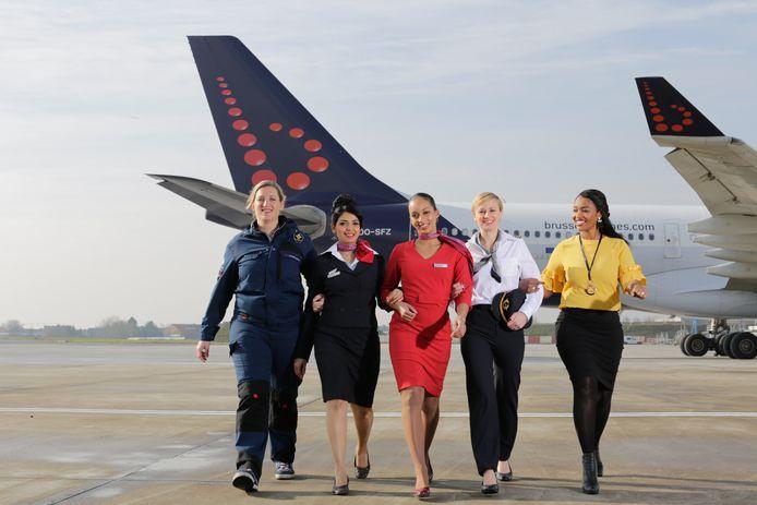 Voorbeeld van vrouwelijke collega's in uniform bij Brussels Airlines (departementen cockpit, cabin crew, maintenance, ground operations en sales (meisje zonder uniform)).