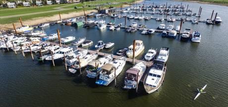 Boten jachthaven Deventer door laagwater IJssel voorlopig niet naar winterbeurt