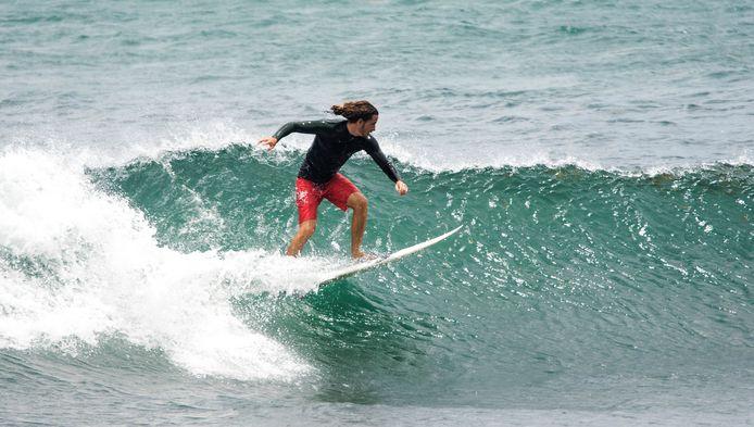 Een surfer profiteert van de hoge golven die de komst van orkaan Dorian met zich meebrengen aan de kust van Florida.