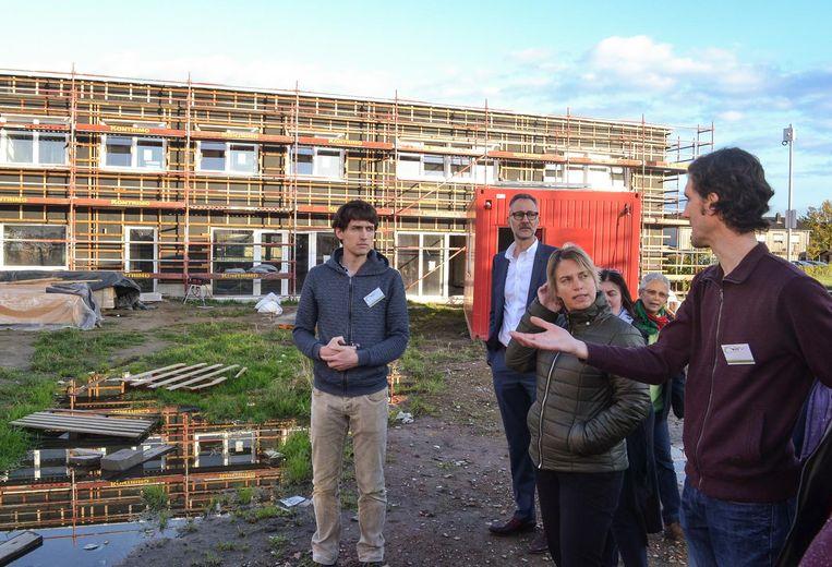 Minister Joke Schauvliege krijgt een rondleiding op de werf van Cohousing Waasland.