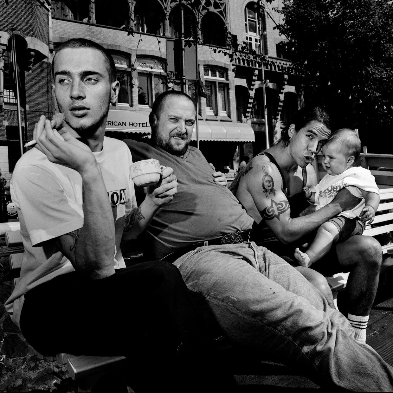 Anthony Kiedis van de Red Hot Chili Peppers met in het midden Henk Schiffmacher. Beeld Gerard Wessel