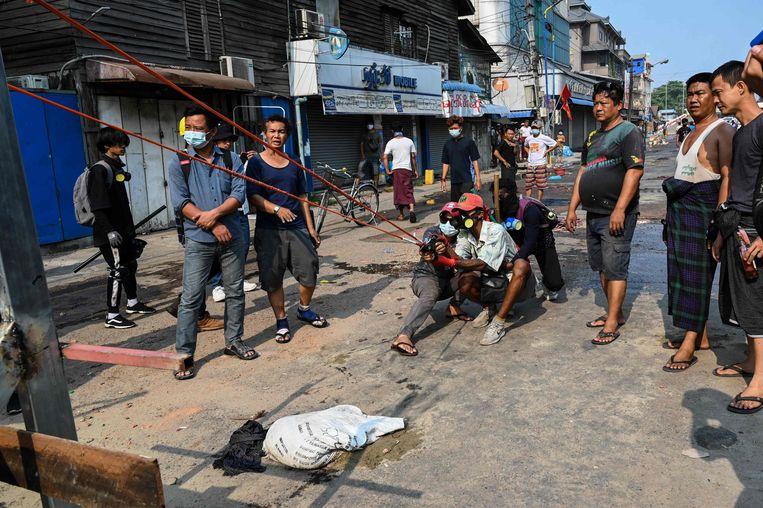 Protestanten oefenen met een katapult in Yangon Beeld AFP
