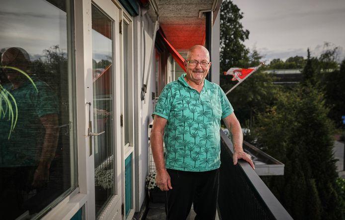 """Niek Beeke op zijn balkon in Pendrecht. De havenarbeider werd een enthousiast chauffeur voor het voedselcentrum. ,,Hier voel ik me gewaardeerd."""""""