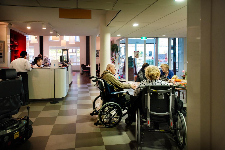 Ouderen wachten steeds langer om naar verzorgingstehuizen te trekken. Beeld Eric de Mildt