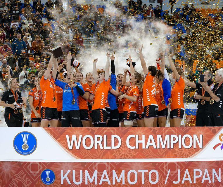 De Nederlandse handbalsters vieren hun overwinning op het WK handbal in Japan, 2019. Beeld ANP