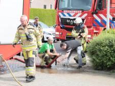 Deze man helpt zijn buurkinderen uit de brand in Ommen bij 'vlam in de pan' en raakt zelf gewond
