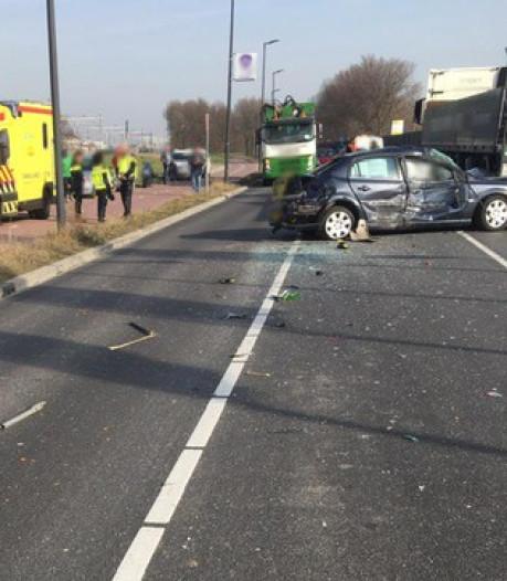 Aanrijding tussen auto en twee vrachtwagens op Deltaweg in Vlaardingen