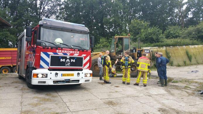 De brandweer na het blussen van de shovelbrand in Aalten.
