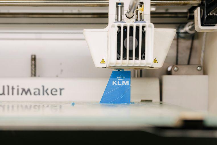 In KLM's 'makerspace' komen gereedschappen uit de 3D-printer die de mecaniciens van de luchtvaartmaatschappij nodig hebben. Beeld Marc Driessen