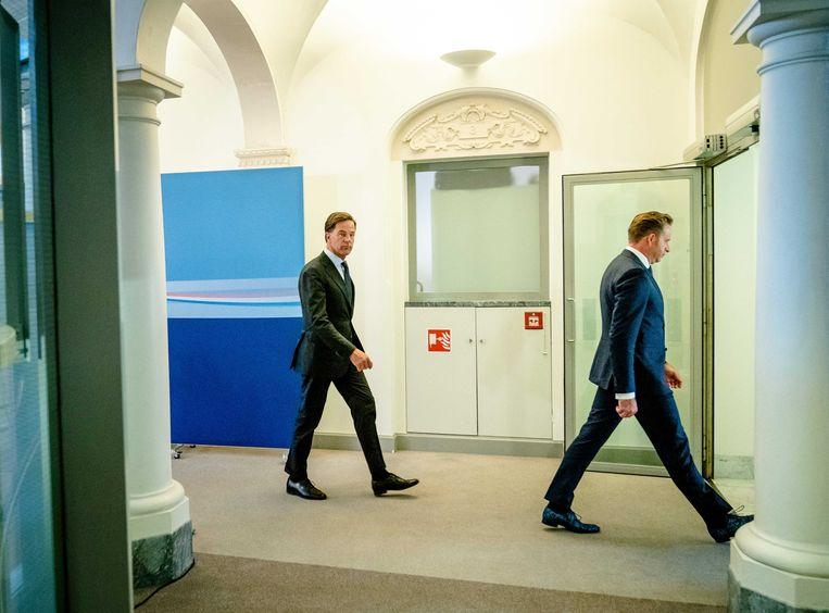 emissionair premier Mark Rutte en demissionair Minister Hugo de Jonge van Volksgezondheid, Welzijn en Sport (CDA) in gesprek met de pers over de laatste stand van zaken rondom het coronavirus.  Beeld ANP