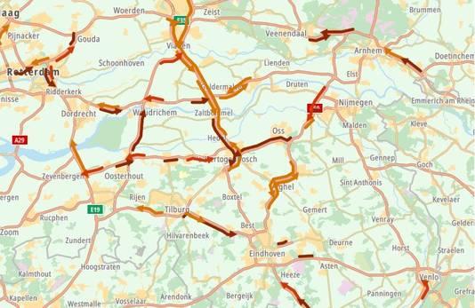 Op Brabantse wegen stonden vanochtend rond 08.00 uur veel files door drukte en gladheid.