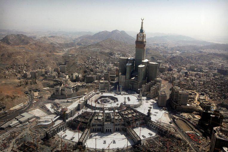 De Abraj al-Bait kloktoren, waar 1000 slaapkamers in zijn gevestigd. Beeld AP