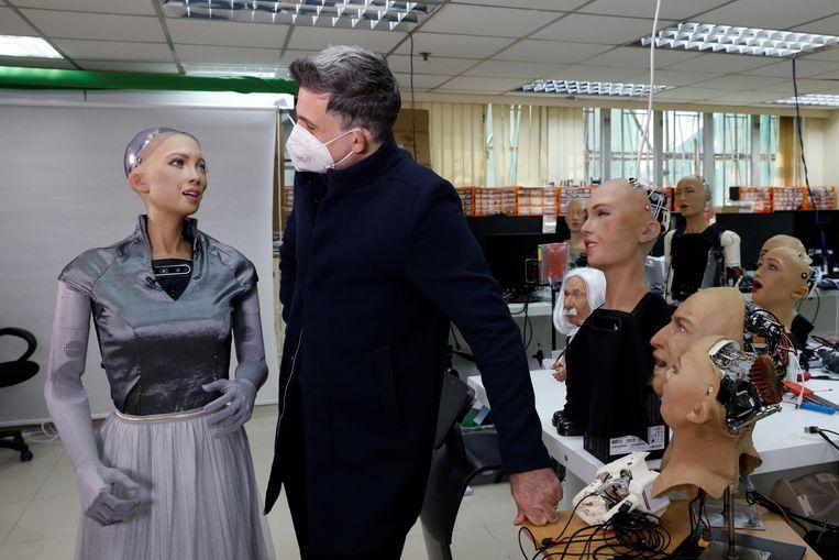 De stichter en baas van Hanson Robotics, David Hanson, praat met Sophia. Het bedrijf uit Hongkong start de massaproductie van 'humanoïde robots'. Beeld REUTERS