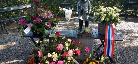 Herdenking van moedige Velpenaren ging niet door, toch werd het monument bedolven onder bloemen