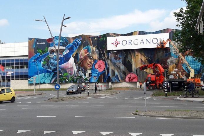 Een groot, wit vlak met daarop het logo van Organon dekt een deel van het kunstwerk op de 'blauwe wand' in Oss af.