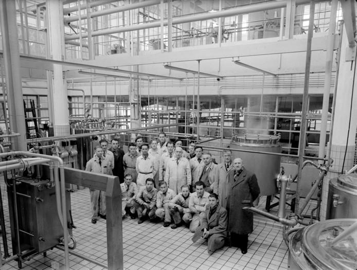 Personeel van Camiz, een van de voorgangers van Coberco, gefotografeerd in de fabriek aan de Nieuwe Kade in 1951.