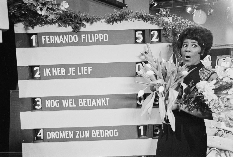 Milly Scott, de winnares van het Nationale Songfestival wijst voor op het scorebord aan dat ze eerste is geworden met het liedje 'Fernando & Filippo'.  Beeld Hollandse Hoogte /  ANP