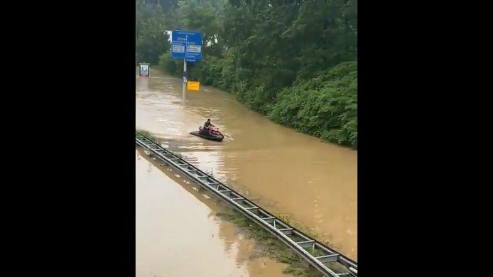 Un homme fait du jet ski sur une autoroute inondée aux Pays-Bas.