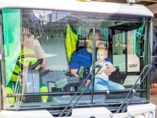 Aanstormende chauffeurs mee in veegwagen bij open dag Saver in Roosendaal