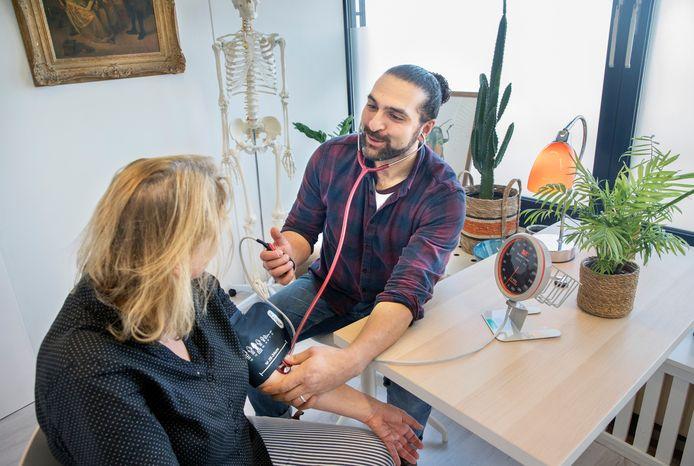 Huisarts Jamy Moussavi probeert z'n patiënten een gezondere leefstijl bij te brengen.